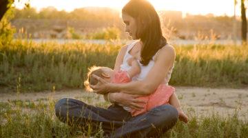 Mama karmi dziecko piersią