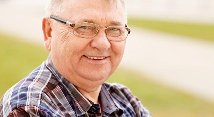 Mężczyzna w średnim wieku w okularach.