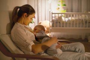 Gdy mama obawia się o ilość mleka, można zaproponować jej preparat wspierający laktację (fot. Shutterstock).