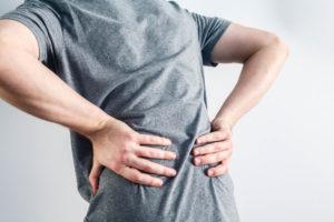 Jeśli objawy nie wydają się nader niepokojące, to ból krzyża może być leczony objawowo (fot. Shutterstock).