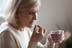 Leczenie przeciwbólowe należy zacząć od paracetamolu lub niesteroidowych leków przeciwzapalnych (fot. Shutterstock).